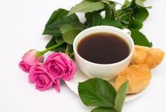 Xícara de café, croissant e rosas Imagem de Stock