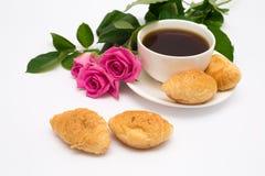 Xícara de café, croissant e rosas Imagens de Stock