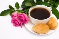 Xícara de café, croissant e rosas Fotos de Stock Royalty Free