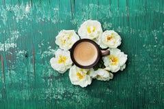 A xícara de café da manhã e as rosas bonitas florescem na opinião de tampo da mesa rústica da cerceta Estilo acolhedor da configu fotografia de stock royalty free