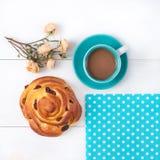 Xícara de café da manhã e um bolo com passas Imagem de Stock