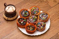Xícara de café de Brown com coração no fundo de madeira Fotografia de Stock