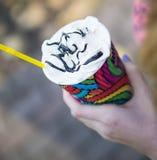 Xícara de café de papel em uma mão fotos de stock royalty free