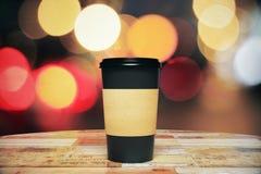 Xícara de café de papel preta a ir na tabela de madeira Fotografia de Stock
