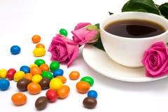 Xícara de café, doces e rosas Fotografia de Stock Royalty Free