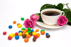 Xícara de café, doces e rosas Foto de Stock Royalty Free