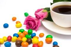 Xícara de café, doces e rosas Imagens de Stock Royalty Free