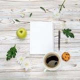 Xícara de café e almofada de nota na tabela de madeira clara Fotos de Stock Royalty Free