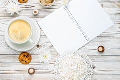 Xícara de café e almofada de nota na tabela de madeira clara Fotos de Stock
