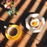 xícara de café e bacon e ovo no brinde fotos de stock