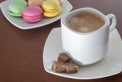 Xícara de café e bolinho de amêndoa colorido Fotografia de Stock Royalty Free