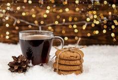 Xícara de café e cookies americanas no fundo do Natal do inverno imagem de stock
