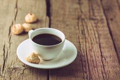 Xícara de café e cookies caseiros do coco na sobremesa saboroso do coco do espaço horizontal de madeira velho da cópia do fundo e fotografia de stock royalty free