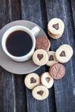 Xícara de café e cookies cortadas dadas forma coração Imagem de Stock Royalty Free
