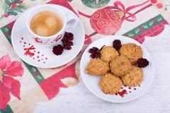 Xícara de café e cookies do Natal em uma toalha de mesa festiva Fotografia de Stock