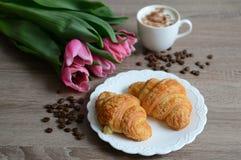 Xícara de café e croissant saborosos Fotos de Stock