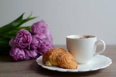 Xícara de café e croissant saborosos Fotos de Stock Royalty Free