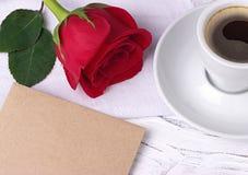 Xícara de café e envelope da rosa do vermelho para o cartão do dia da mulher do dia de Valentim 8 de março Fotos de Stock