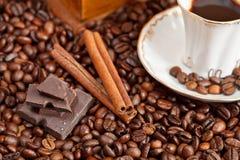 Xícara de café e feijões roasted fotos de stock royalty free
