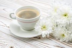Xícara de café e flores na tabela de madeira clara Fotos de Stock