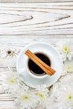 Xícara de café e flores na tabela de madeira clara Fotografia de Stock Royalty Free
