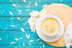 Xícara de café e flores na tabela de madeira clara Foto de Stock Royalty Free