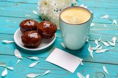 Xícara de café e flores na tabela de madeira clara Imagens de Stock