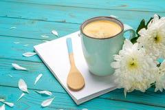 Xícara de café e flores na tabela de madeira clara Imagem de Stock Royalty Free