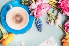 Xícara de café e flores no fundo chique gasto do vintage azul, vista superior, espaço da cópia Imagens de Stock Royalty Free
