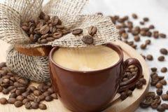 Xícara de café e grãos de café foto de stock