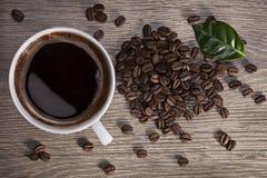 Xícara de café e grões Fotos de Stock Royalty Free