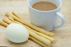 Xícara de café e grissini, ovo cozido Imagem de Stock Royalty Free