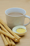 Xícara de café e grissini, ovo cozido cortado ao meio Fotografia de Stock
