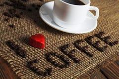Xícara de café e inscrição Fotografia de Stock Royalty Free