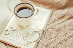 Xícara de café e livro aberto imagem de stock