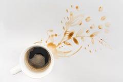 Xícara de café e manchas marrons na forma floral no cinza Fotografia de Stock Royalty Free