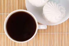 Xícara de café e marshmallow a vista superior Imagens de Stock Royalty Free