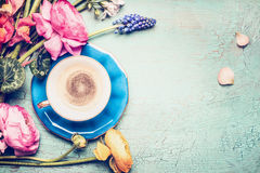 A xícara de café e o verão florescem do jardim no fundo chique gasto do vintage azul, vista superior Imagem de Stock Royalty Free