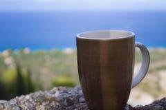 xícara de café e oceano e praia no fundo imagem de stock royalty free
