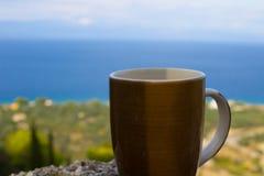 xícara de café e oceano e praia no fundo imagens de stock royalty free