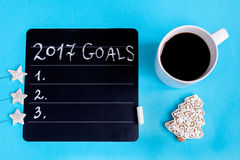 Xícara de café e placa com objetivos pelo ano novo Fotos de Stock