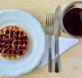 Xícara de café e placa com waffle Imagem de Stock