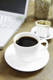 Xícara de café e portátil Imagem de Stock Royalty Free
