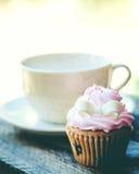 Xícara de café e queque na tabela de madeira fotos de stock royalty free
