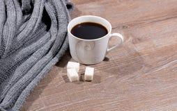 Xícara de café e um lenço Foto de Stock Royalty Free