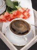 Xícara de café e um ramalhete das rosas em uma bandeja Fotografia de Stock Royalty Free