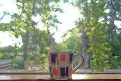 Xícara de café e vista natural bonita Foto de Stock Royalty Free