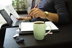 Xícara de café em casa no trabalho fotos de stock royalty free