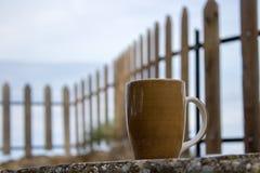 xícara de café em um banco em um mornng bonito do outono imagens de stock