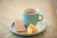 Xícara de café em um fundo do ouro Fotos de Stock Royalty Free